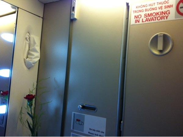 Đi nghỉ lễ, khách hút thuốc trên máy bay Vietnam Airlines - 1