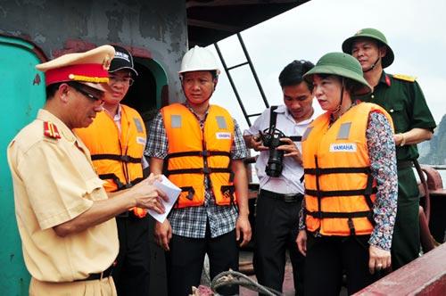 Chìm tàu chở 48 du khách trên vịnh Hạ Long - 2