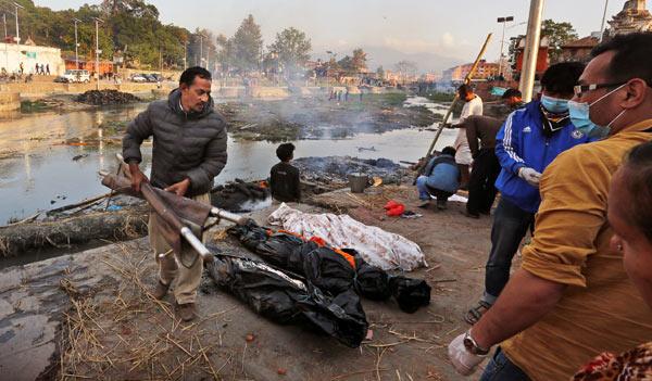 Nepal hỏa táng không xuể nạn nhân động đất - 1