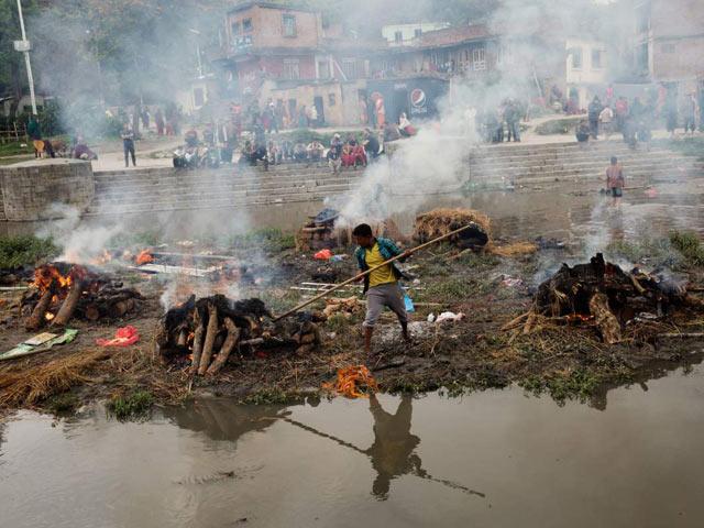 Nepal hỏa táng không xuể nạn nhân động đất - 2