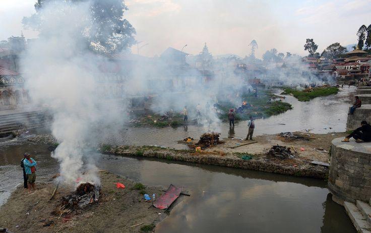 Nepal hỏa táng không xuể nạn nhân động đất - 3