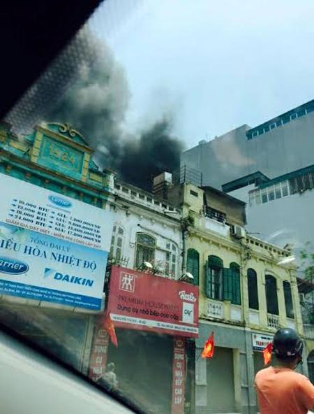 Hà Nội: Cháy siêu thị thể thao, cả phố náo loạn - 1