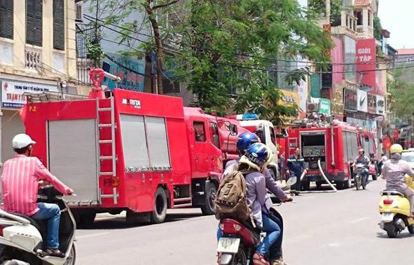Hà Nội: Cháy siêu thị thể thao, cả phố náo loạn - 2