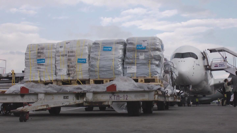 """Nepal: Dân đói khát, núi hàng cứu trợ vẫn """"ách"""" tại sân bay - 1"""
