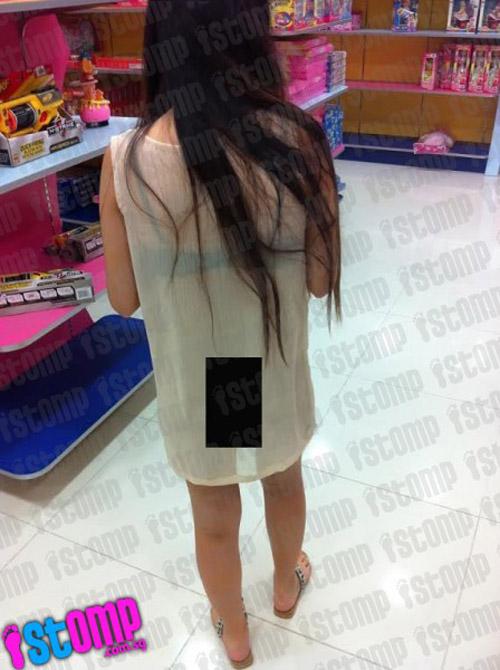 Cô gái châu Á gây sốc vì mặc hở hang dạo phố - 2