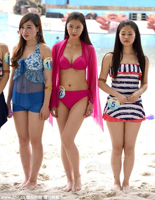 Cô gái châu Á gây sốc vì mặc hở hang dạo phố - 7