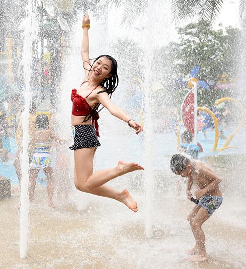Cô gái châu Á gây sốc vì mặc hở hang dạo phố - 6