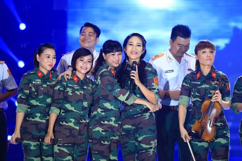 Hàng ngàn chiến sỹ nô nức cổ vũ liveshow Thanh Thúy - 1