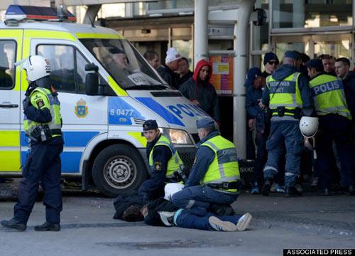 SỐC: CĐV tử nạn vì dính đạn của cảnh sát - 1
