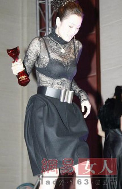 """""""Hết hồn"""" với váy xuyên thấu của mỹ nữ Trung Quốc - 10"""