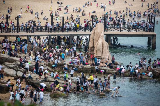 Chùm ảnh: Bãi biển TQ đặc kín người dịp nghỉ lễ - 7