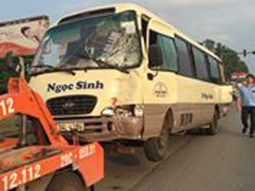 Hà Nội: Xe chở rác tông liên hoàn 4 ô tô, 1 người nhập viện - 2