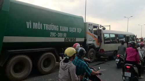 Hà Nội: Xe chở rác tông liên hoàn 4 ô tô, 1 người nhập viện - 1