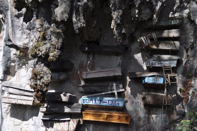 Ở một số vùng nông thôn của Philippines và Trung Quốc từng xuất hiện một hình thức mai táng khá cổ xưa, đó là: treo quan tài trên vách đá. Người ta cho rằng vách núi hay hang động trên cao là nơi yên tĩnh, thích hợp để linh hồn yên nghỉ. Từ trên cao, người chết có thể ngắm nhìn trời xanh, sông núi, cách biệt với sự ồn ào của nhân gian. & nbsp;