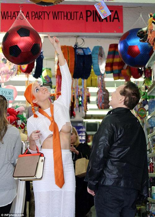 Mẫu trẻ mặc hớ hênh đi mua sắm cùng chồng già - 2