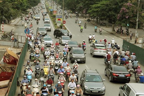 Sau nghỉ lễ, người Hà Nội lại leo vỉa hè đi làm - 1