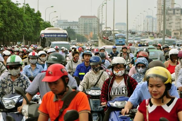 Sau nghỉ lễ, người Hà Nội lại leo vỉa hè đi làm - 5