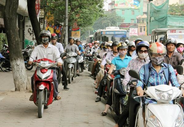 Sau nghỉ lễ, người Hà Nội lại leo vỉa hè đi làm - 3