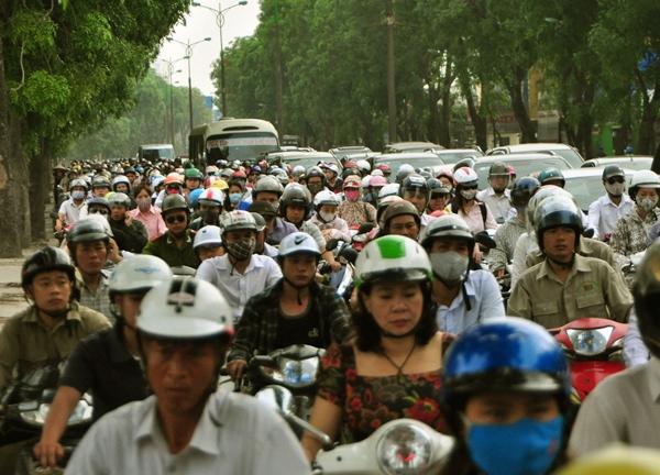 Sau nghỉ lễ, người Hà Nội lại leo vỉa hè đi làm - 9