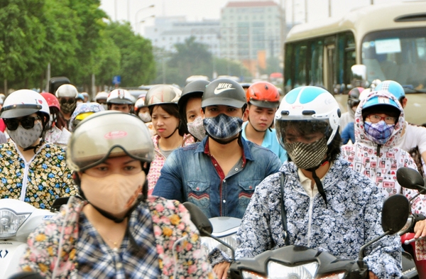 Sau nghỉ lễ, người Hà Nội lại leo vỉa hè đi làm - 10