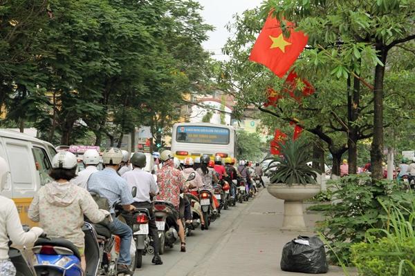 Sau nghỉ lễ, người Hà Nội lại leo vỉa hè đi làm - 11