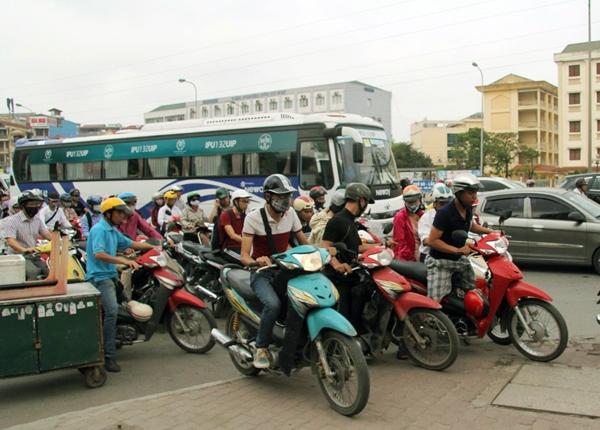 Sau nghỉ lễ, người Hà Nội lại leo vỉa hè đi làm - 7