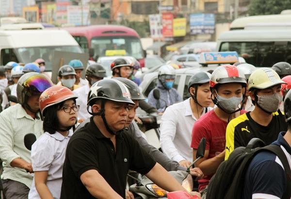 Sau nghỉ lễ, người Hà Nội lại leo vỉa hè đi làm - 13