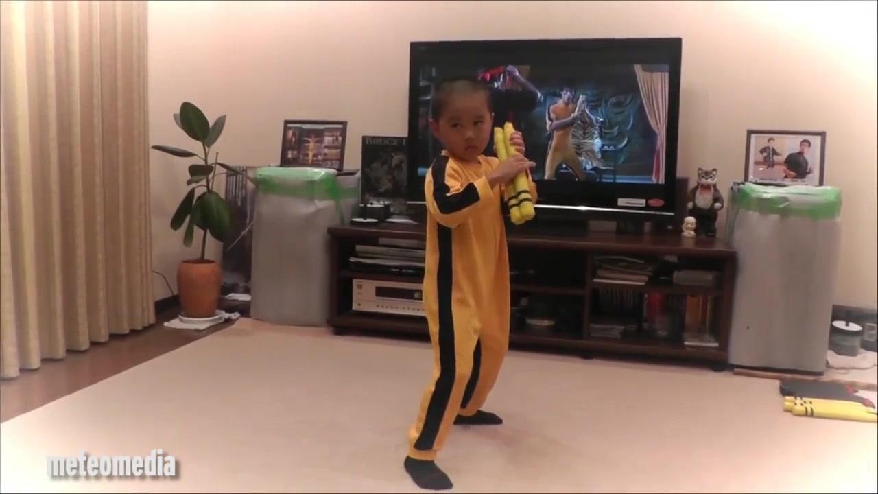 Clip cậu bé 5 tuổi múa côn giống hệt Lý Tiểu Long - 2