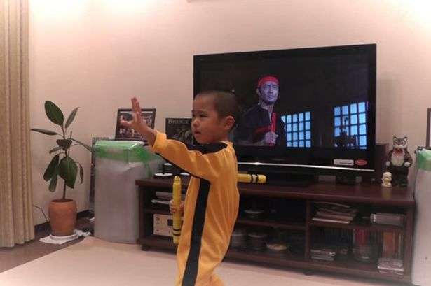 Clip cậu bé 5 tuổi múa côn giống hệt Lý Tiểu Long - 3