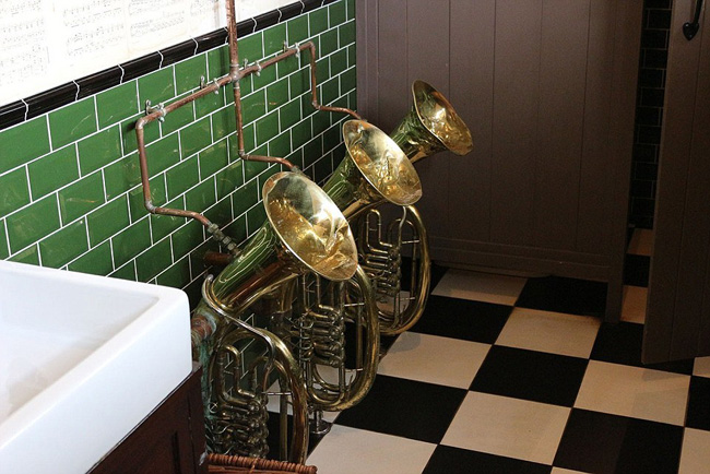 Loại bồn tiểu dành cho người thích… thưởng thức âm nhạc ở Bell Inn, Sussex, Anh.