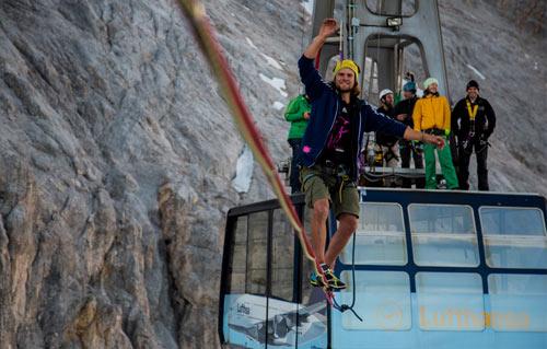 Đùa với tử thần: Đi trên dây cáp treo cao 150m - 1