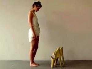 Cô gái khốn khổ với đôi giày cao nhất thế giới