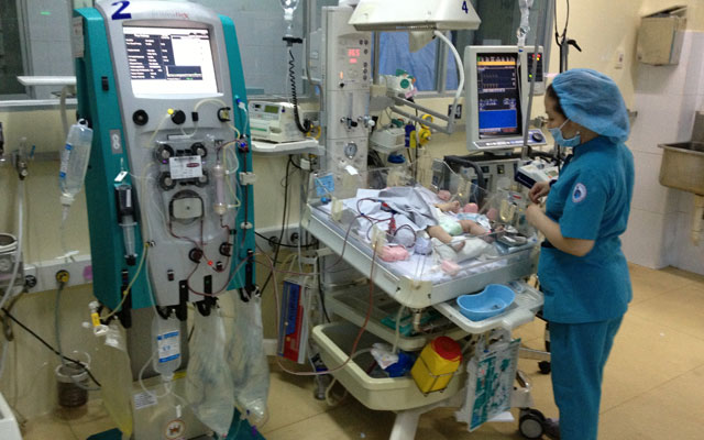 Cứu sống trẻ sơ sinh sau 50 giờ lọc máu - 1