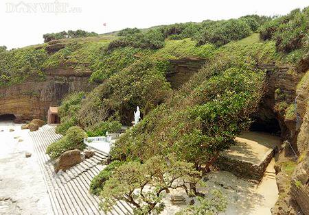 Ngôi chùa ẩn mình trong hang núi lửa ở đảo Lý Sơn - 1