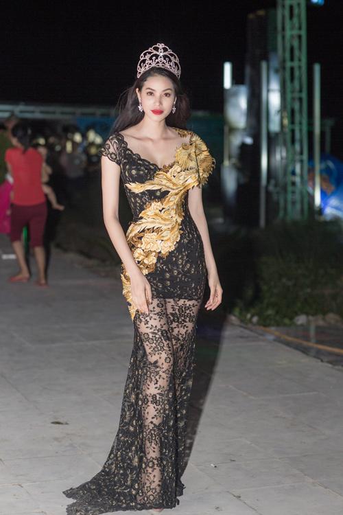 Phạm Hương lộ đôi chân dài thẳng tắp nhờ váy mỏng - 2