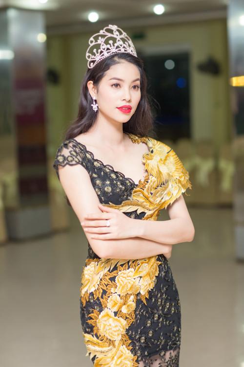 Phạm Hương lộ đôi chân dài thẳng tắp nhờ váy mỏng - 3