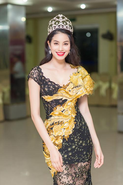 Phạm Hương lộ đôi chân dài thẳng tắp nhờ váy mỏng - 4