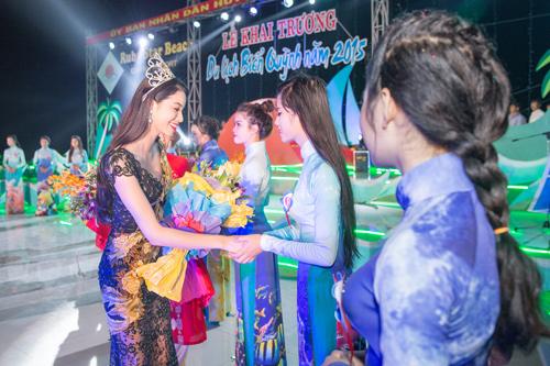 Phạm Hương lộ đôi chân dài thẳng tắp nhờ váy mỏng - 6