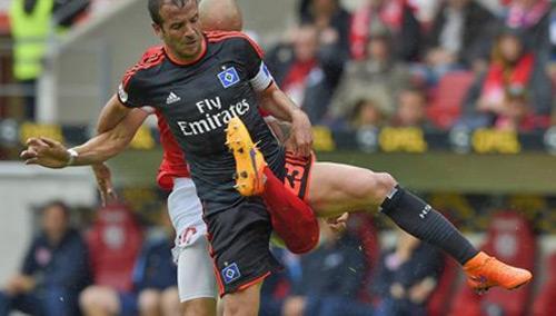 Gãy gập chân vì... sút vào háng đối thủ - 2