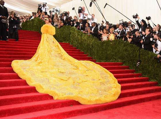 """Mặc """"long bào"""", Rihanna bị chế ảnh và chê bai thậm tệ - 1"""