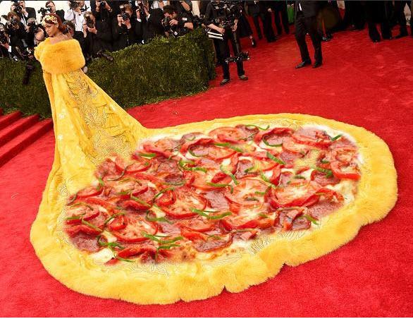 """Mặc """"long bào"""", Rihanna bị chế ảnh và chê bai thậm tệ - 4"""