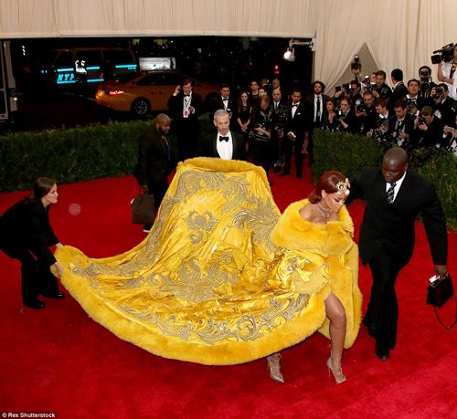 """Mặc """"long bào"""", Rihanna bị chế ảnh và chê bai thậm tệ - 2"""