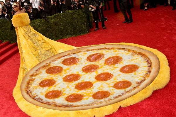 """Mặc """"long bào"""", Rihanna bị chế ảnh và chê bai thậm tệ - 7"""