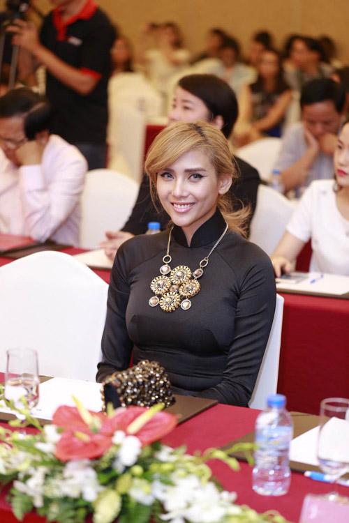 Mai Phương Thúy mặc váy ngắn đọ sắc với Thùy Lâm - 8