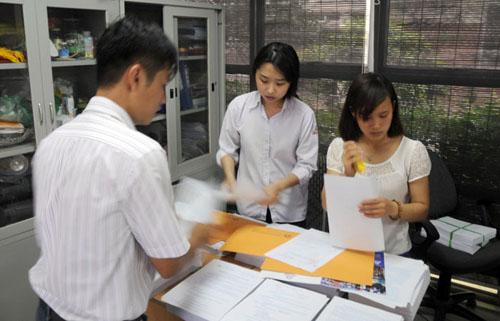 Mướt mồ hôi mua hồ sơ cho con vào lớp 6 ở Hà Nội - 4
