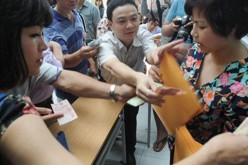 Mướt mồ hôi mua hồ sơ cho con vào lớp 6 ở Hà Nội - 8