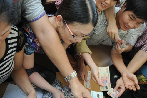Mướt mồ hôi mua hồ sơ cho con vào lớp 6 ở Hà Nội - 9