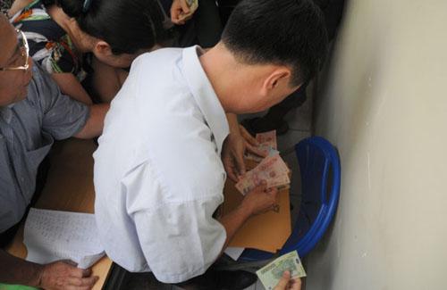 Mướt mồ hôi mua hồ sơ cho con vào lớp 6 ở Hà Nội - 10