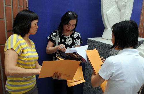 Mướt mồ hôi mua hồ sơ cho con vào lớp 6 ở Hà Nội - 11
