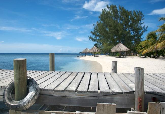Đảo Cayos Grande là một hòn đảo thuộc chuỗi các hòn đảo Cayos Cochinos ở Honduras. Nơi đây có những rạn san hô tuyệt đẹp nhất thế giới. Toàn bộ hòn đảo còn hoang sơ và hạn chế về du lịch khi chỉ có một khu nghỉ mát duy nhất.